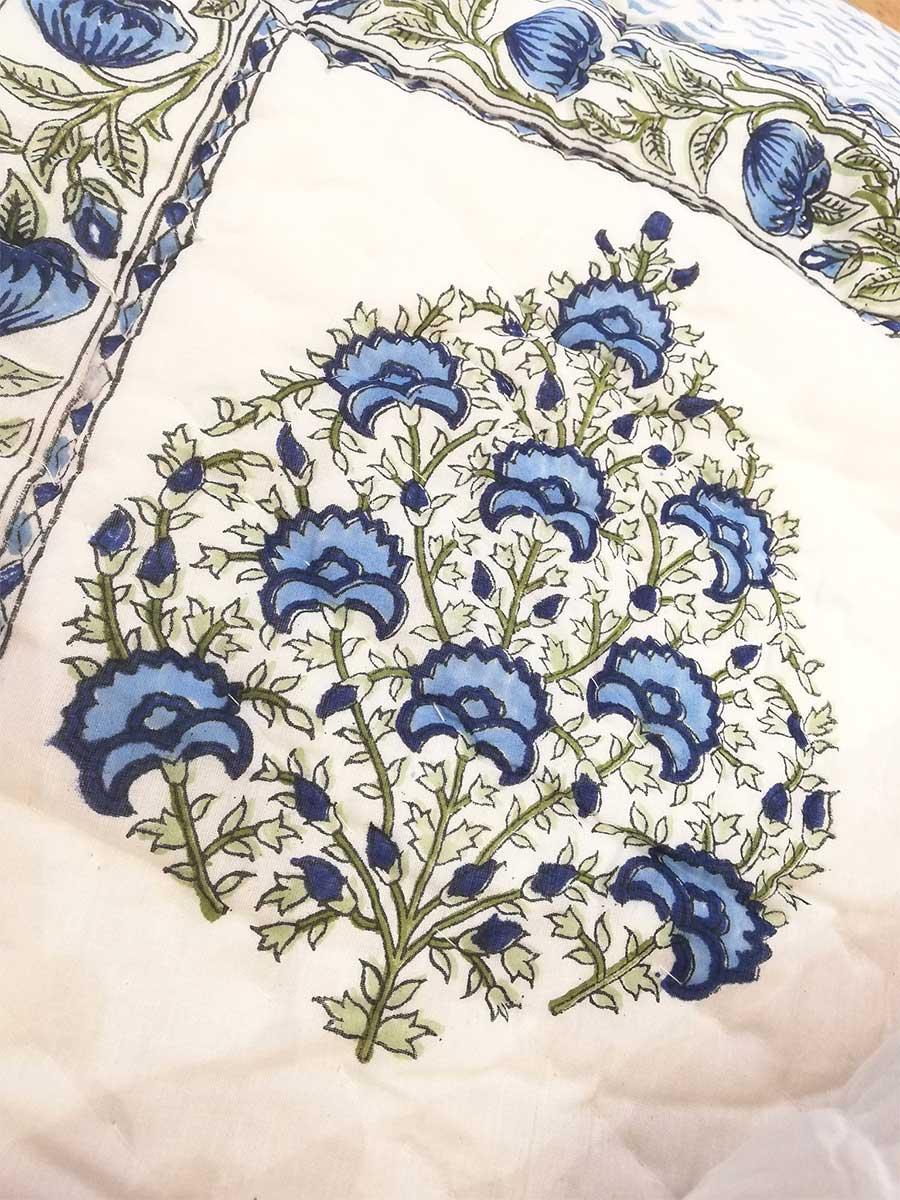 Decke weiß blau detail