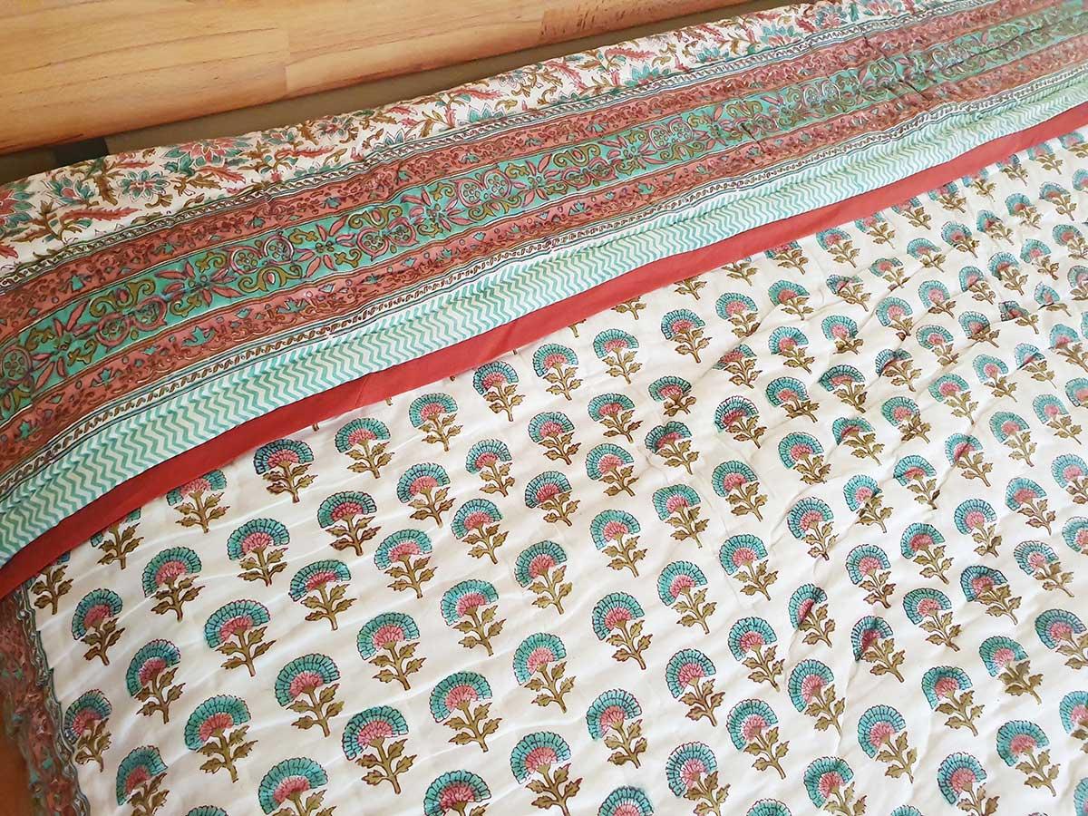 Decke weiß Blumen blau rot